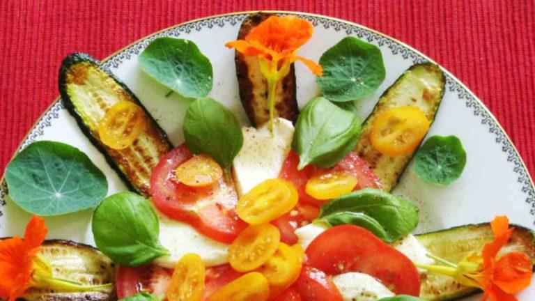 Vorspeisenteller mit Tomate, Basilikum und Mozzarella