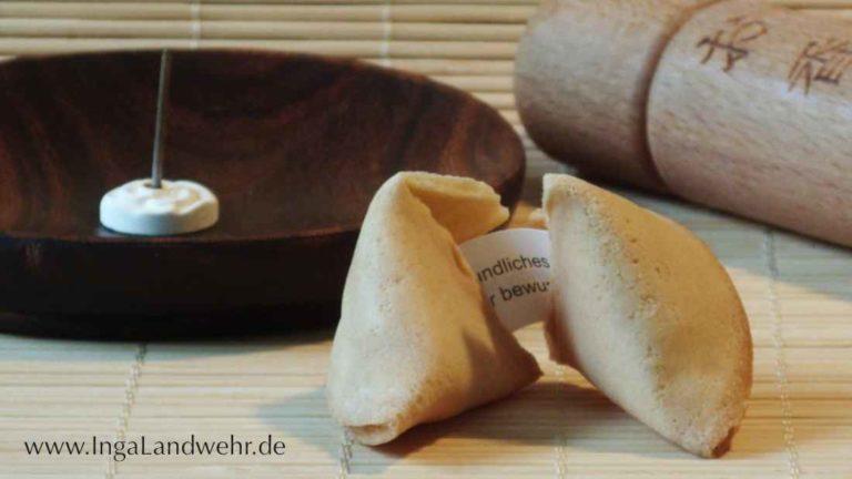 Glückskecks halb geöffnet auf einer Bambusmatte