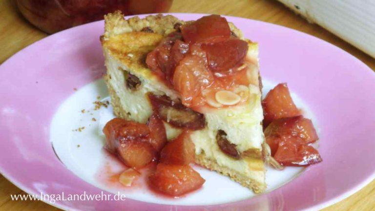 Käsekuchen mit Datteln und Zwetschgenkompott auf einem Teller mit rosafarbenem Rand