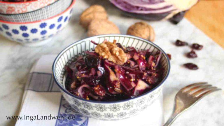 Rotkohlsalat mit Cranberrys und Walnüssen in einer Schale