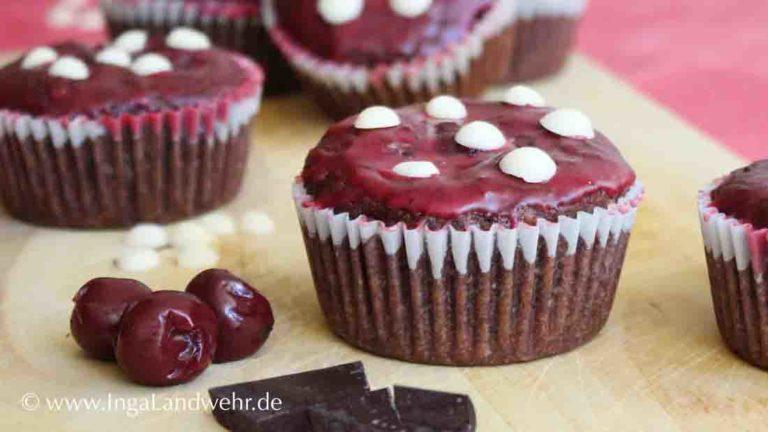 Fliegenpilz-Cupcake-Muffins auf einem Holzbrett