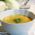 Dampfende Kartoffelsuppe in einer weißen Suppenschüssel