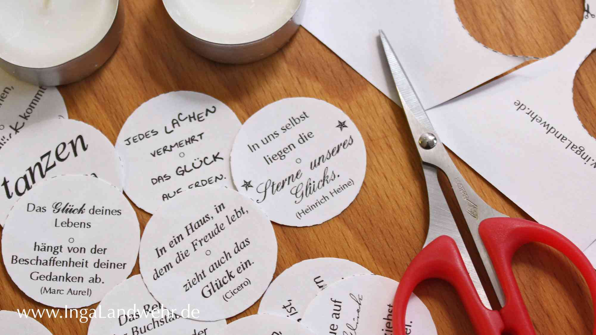 ausgeshcnitte Papierkreise lieben neben einer Schere und Teelichtern