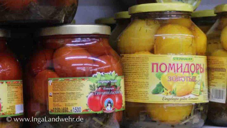Zwei Gläser mit russichem Etikett, in denen sich eingelegte Tomaten befinden