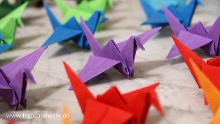Origamikraniche aus Papier sind ein Glückssymbol