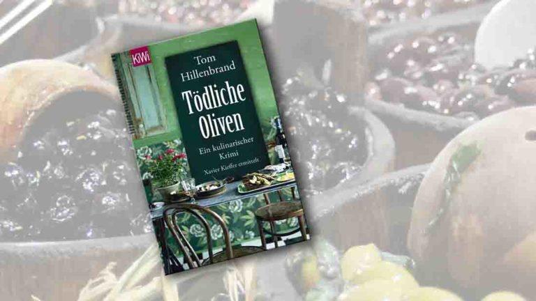 Buchcover von Tödliche Oliven im Vordergrund. Im Hintergrund Holzkübel mit eingelegten Oliven