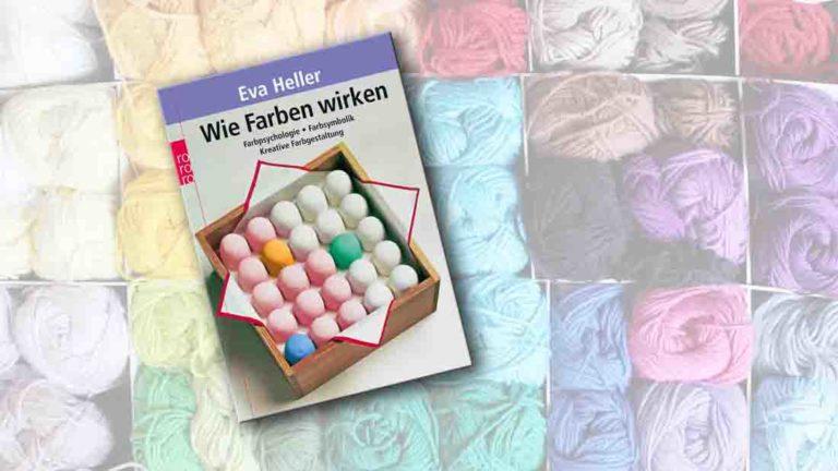 """Buchcover von """"Wie Farben wirken"""" im Vordergrung, im Hintergrund bunte Wollknäule"""