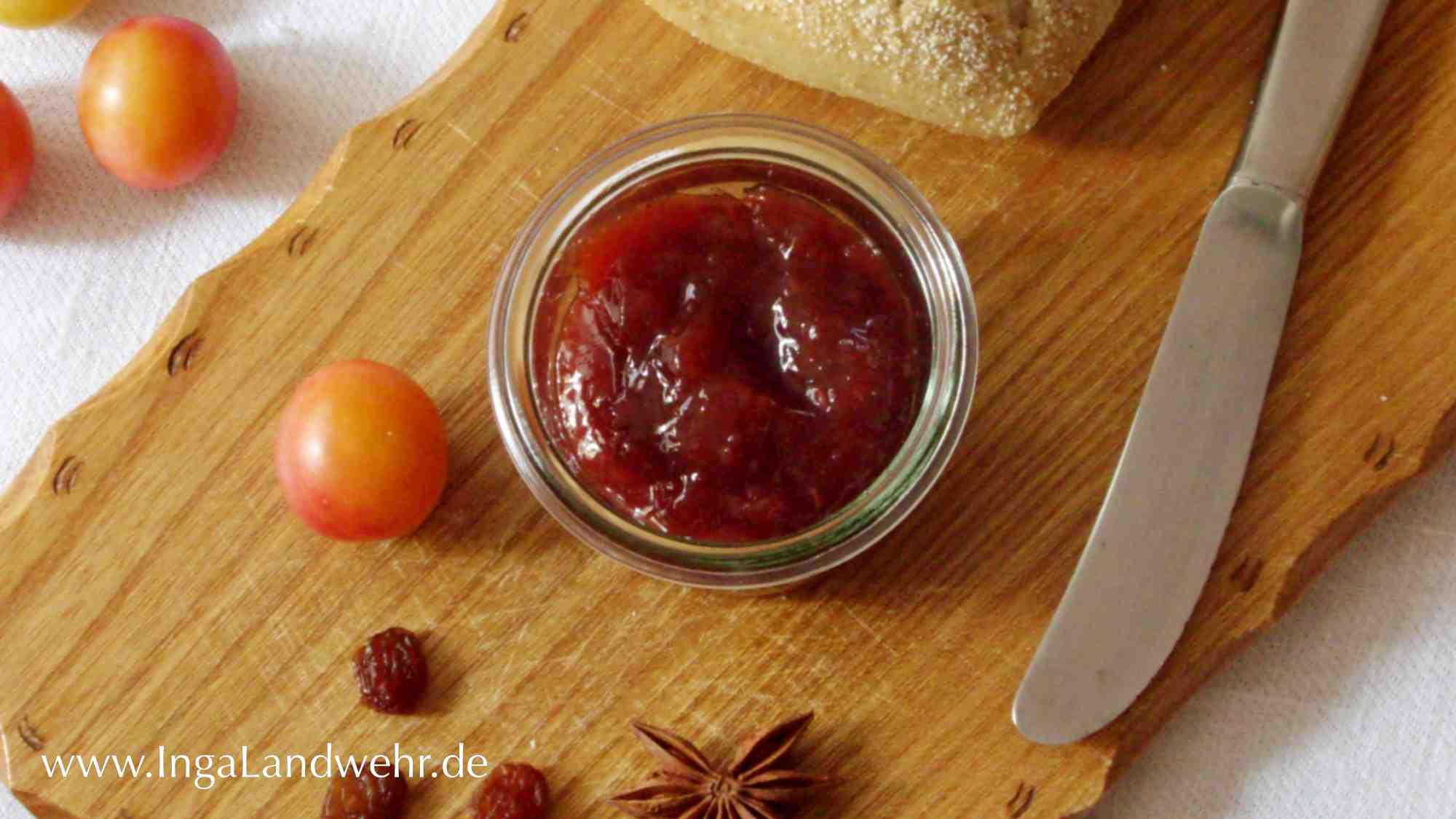 Wildpflaumen-Marmelade mit Rosinen und Sternanis auf einem Holzbrett