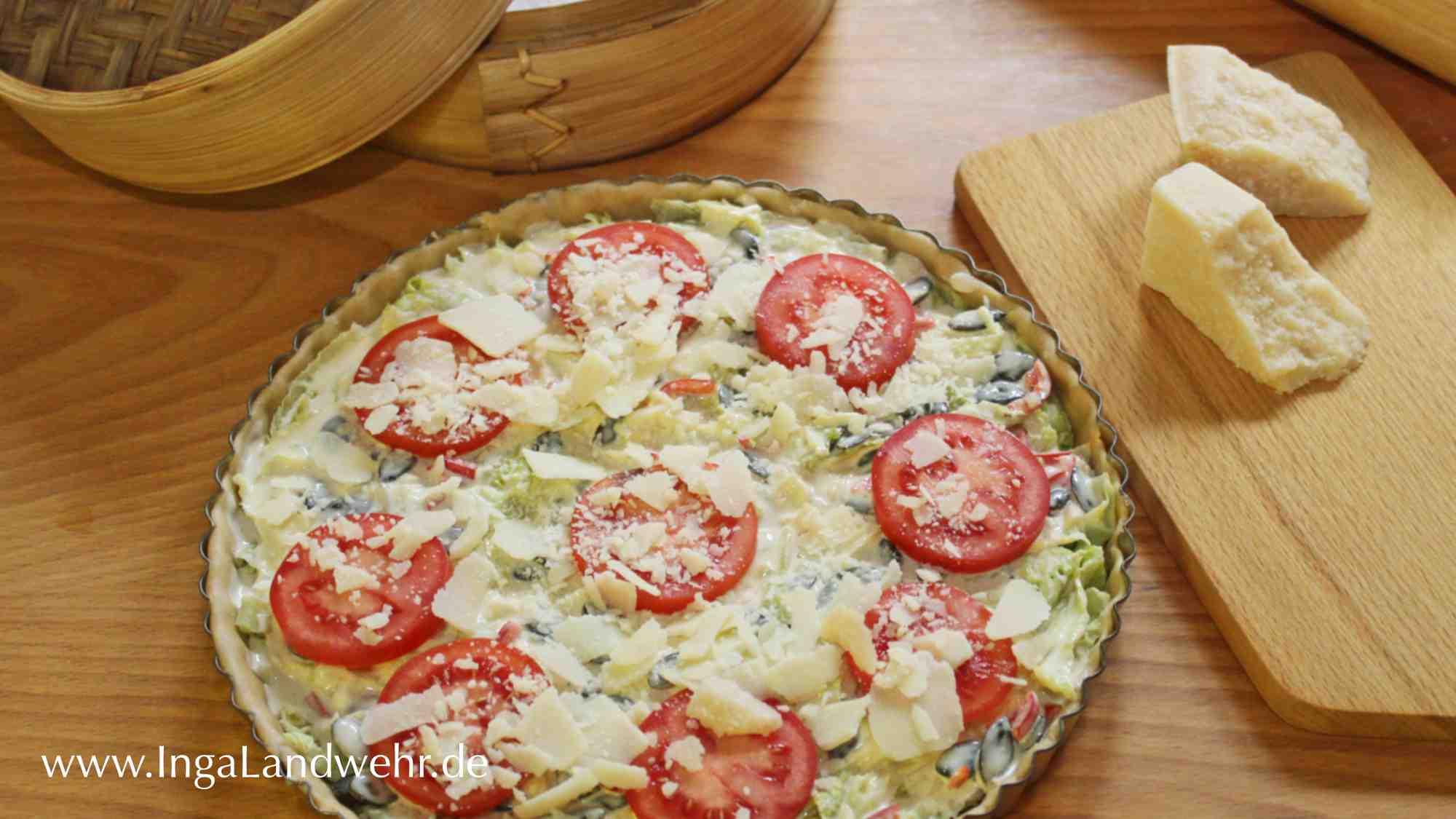 Beelgter Quicheteig mit Wirsingkohl Kürbiskerne, Tomaten und gehobeltem Parmesan.