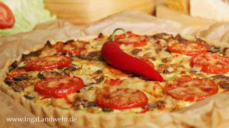 Wirsing-Quiche mit Tomaten und einer Chilischote