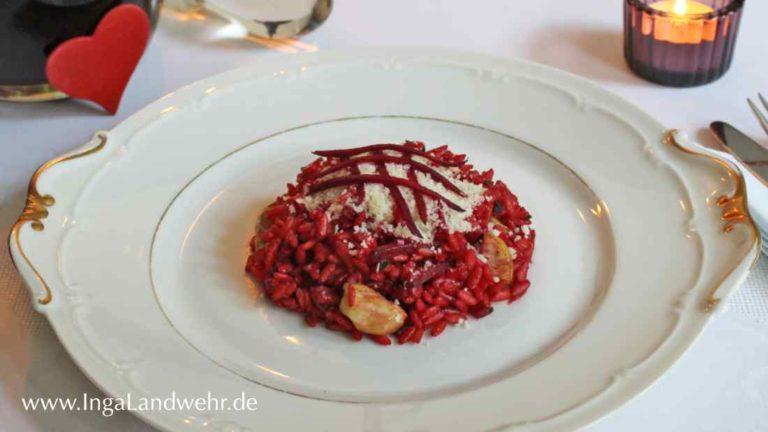 Rote Bete-Risotto mit Maronen auf einem weißen Teller.
