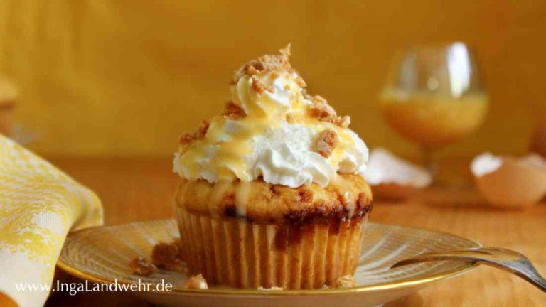 Eierlikör-Muffins mit Schlagsahne vor einem gelben Hintergrund