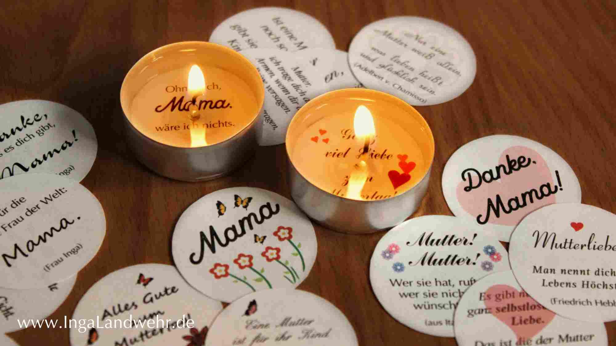 Zwei brennende Glücksteelichter mit Zitaten zum Muttertag. Davor liegen weitere Glückszitate zum Muttertag.